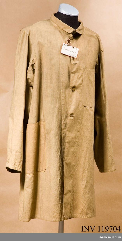 Grupp C I. Sommarrock av ljusbrunt sommartyg. Enradig med 4 ljusbruna knappar. På framsidan, på bröstet och på sidor finns fickor, rakskurna. På baksidan finns en slits, 45 cm lång. Krage liggande, sammanknäppt med hylsa och hake.