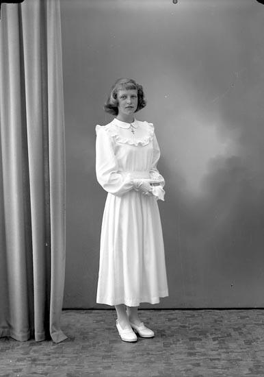 """Enligt fotografens journal nr 7 1944-1950: """"Larsson, Dagny Stenungsgård Här""""."""