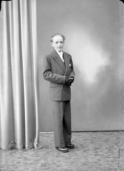 "Enligt fotografens journal nr 7 1944-1950: ""Alfredsson, Bo Stenungsund""."