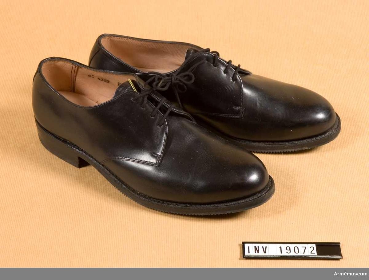 """Ett par. Svarta. Släta pch randsydda. Botten är dubbel. Sula och klack av gummi. Sulan är märkt """"TRE TORN 1965"""", klacken """"ELG"""". Sulan har tåjärn. I skorna är det märkt med """"Royal Kembels Handmetod. SFT 3000 A  269""""."""