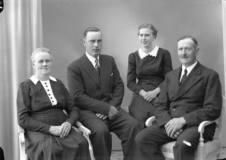 """Enligt fotografens journal nr 7 1944-1950: """"Niklasson, Herr Karl Röd, Jörlanda""""."""