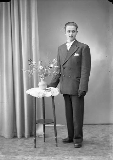 "Enligt fotografens journal nr 7 1944-1950: ""Larsson, Lars Erik Gössby, Spekeröd""."