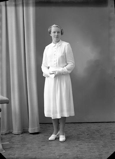 """Enligt fotografens journal nr 8 1951-1957: """"Kristiansson, Signe, Anvik, Spekeröd""""."""