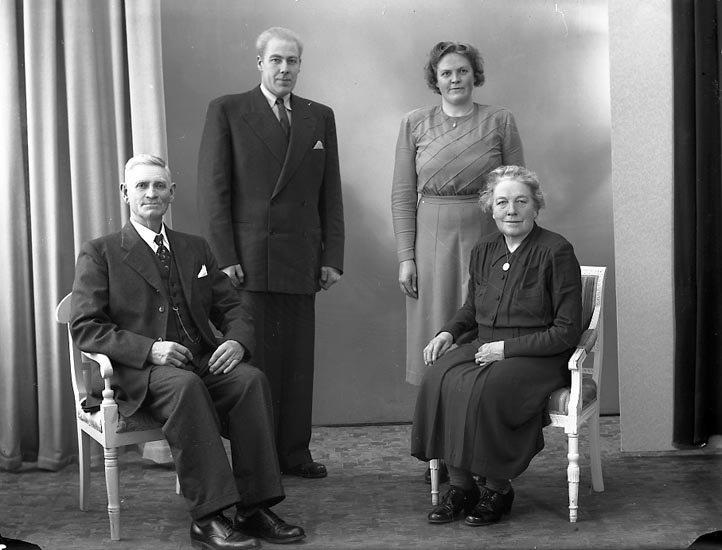 """Enligt fotografens journal nr 7 1944-1950: """"Johansson, Herr Karl Box 348 Jörlanda""""."""
