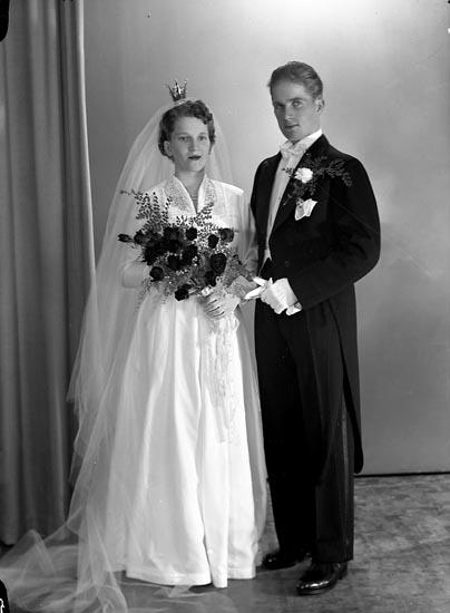 "Enligt fotografens journal nr 8 1951-1957: ""Bäckman, Herr Rune Hallerna, Stenungsund""."