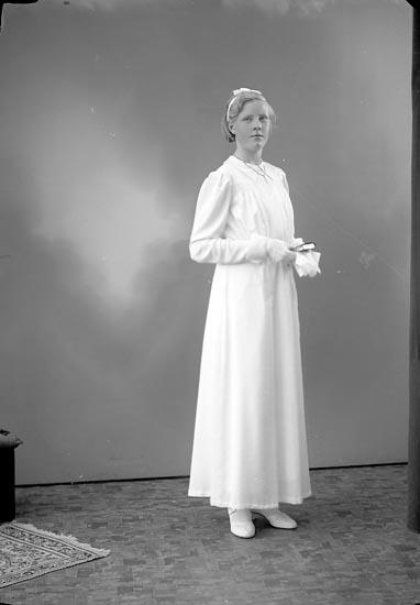 """Enligt fotografens journal nr 6 1930-1943: """"Magnusson, Majlis Panneröd Svenshögen""""."""