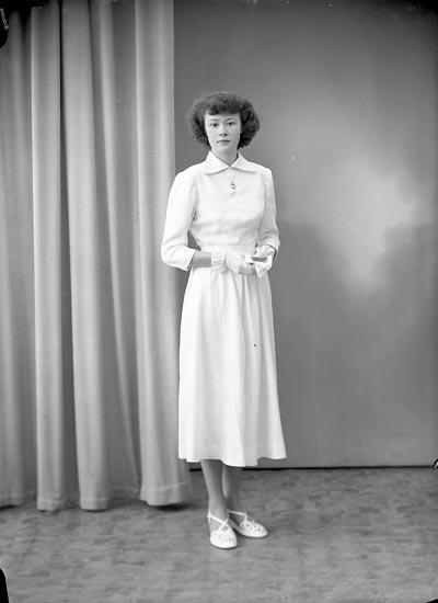 "Enligt fotografens journal nr 8 1951-1957: ""Ambertsson, Gerd Gössby, Spekeröd""."
