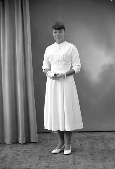 "Enligt fotografens journal nr 8 1951-1957: ""Lanzén, Yvonne Svanesund""."