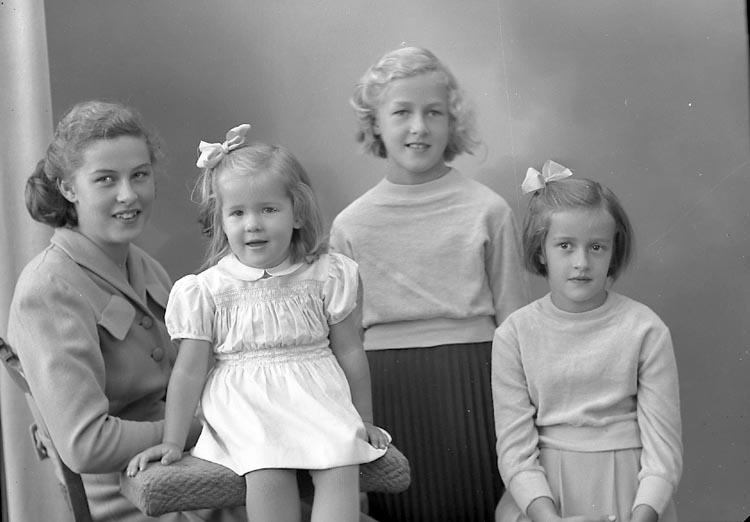 """Enligt fotografens journal nr 8 1951-1957: """"Larsson, Fru Lizzie St. Askerön Här""""."""