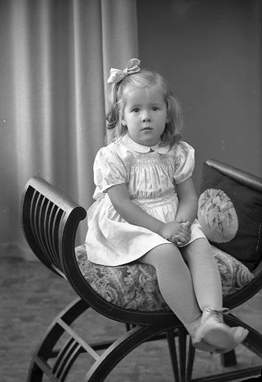 """Enligt fotografens journal nr 8 1951-1957: """"Larsson, Barbro St. Askerön Här""""."""