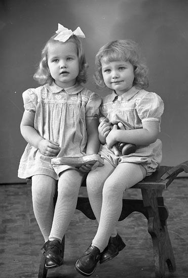 """Enligt fotografens journal nr 8 1951-1957: """"Gustafsson, Eva o Bengt Vulseröd Jörlanda""""."""