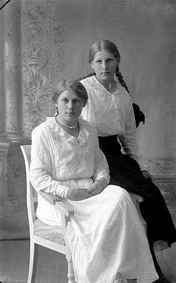 """Enligt fotografens journal Lyckorna 1909-1918: """"Gustafsson, Fr. Ester Lyckorna""""."""
