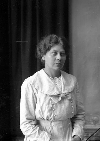 """Enligt fotografens journal Lyckorna 1909-1918: """"Berta Abrahamsson, Lintulla Lyckorna""""."""
