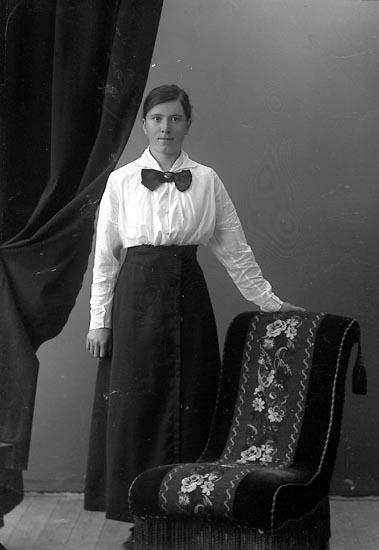 """Enligt fotografens journal nr 4 1918-1922: """"Kristensson, Ida Åker, Hjälteby""""."""