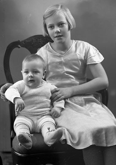 """Enligt fotografens journal nr 6 1930-1943: """"Westberg, Fru Astrid Lasshammar Här""""."""