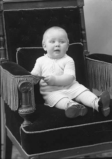 "Enligt fotografens journal nr 6 1930-1943: ""Niklasson, Karin Kalseröd Henån""."