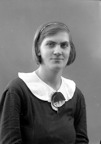 """Enligt fotografens journal nr 6 1930-1943: """"Sjöholm, Fr. Eva Sköldunga Ucklum""""."""