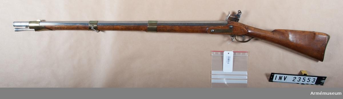 """Grupp E II.  Kulvikt 30,6 gr, krutladdningens vikt 9,98 g, utgångshastighet 1 245 fot = 370 m/sek.  Med undantag av att geväret är kortare och bajonetten längre överenstämmer vapnet helt med 1815 års infanterigevär.   PIPAN är rund, utom längst bak, där den på var sida har en kort platt för att den skulle kunna sitta stadigt i skruvstycket då svansskruven uttogs. Längst bak är diam. i vertikalled 34 mm, men mätt över plattarna 32 mm. Vid pipmynningen är diam 22,5 mm De 22 mm långa, båtformiga mässingskornet sitter 97 mm bakom  mynningen. På pipans undersida 35 mm bakom mynningen sitter en 14 mm lång bajonettklack och 66 mm bakom mynningen en stadig, till största delen i näsbandet och framstocken ingfälld stötklack. En med bred, infilad siktskåra försedd avrundad siktbalk sitter längs fram på svansskruvstjärtens översida. På pipans översida finns krönt NT (Norrtälje) IS och IL, på undersidan 1826, P,2 och 113. På pipans V sida är inslaget 306 och på V platten ett N. På pipans bakplan står ett N. KALIBERN 19 mm är större än den största tillåtna toleransen, som var 18,85 mm (se Krigsvetenskapsakademiens handlingar 1831, sidan 260).   LÅSET fasthålles av två skruvar, har studel och varhake samt platt,i jämnhöjd med stockens yta infällt bleck. Hanens hals  och platt har fyrkantigt tvärsnitt samt är ganska tunna. Baktill, nedanför underläppen, fortsättes så att säga den bakåtsvängda hanhalsen av en nedböjd flik, """"hanstjärten"""". Läppskruvens undre del går ut genom underläppen mellan  hanhalsen och hanstjärten. Det korta, päronformiga  läppskruvshuvudet har såväl skåra som hål. HANSKRUVEN har stort, avrundat huvud. Pannskruven går inifrån. Överkanten på den med med arm försedda fängpannan går i upphöjd båge bakifrån framåt. ELDSTÅLSBLADETS övre del är tvärt böjt framåt och bildar """"tumstöd"""". DECKELN har på undersidan en """"vattenkant"""", som kommer att ligga utanför färgpannans bak-, ytter- och framkant. ELDSTÅLSFJÄDERNS tryckgång är bågformigt uppsvängd och fjäderns bukt är närm"""