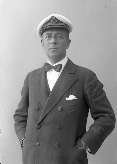 """Enligt fotografens journal nr 4 1918-1922: """"Linton, Herr Hotellet Ön""""."""