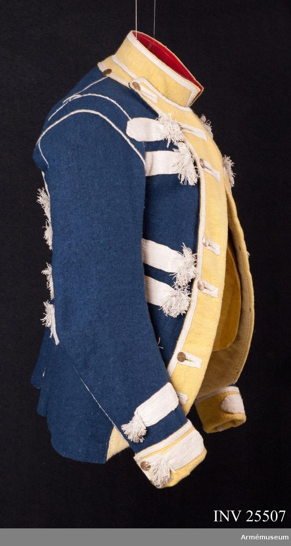 Grupp C I. Blå jacka med gula slag. Vita band och tofsar.