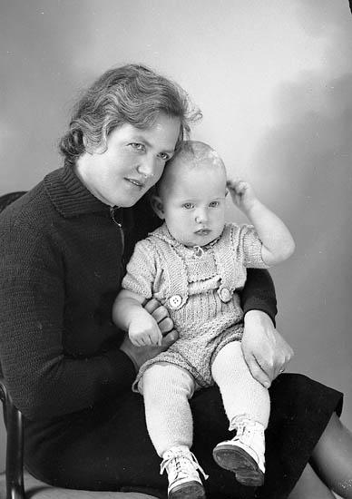 """Enligt fotografens journal nr 6 1930-1943: """"Gustafsson, Ulf Stenungsund"""". Enligt fotografens notering: """"Fru Gustafsson med Ulf."""