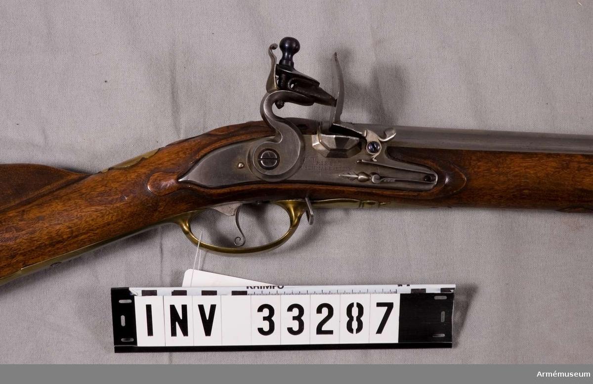 Grupp E II. Varbygelns längd med främre-bakre arm: 345 mm. Låsets längd: 172 mm, märkt F: Triebel A: Schmalkalten. Sidbleckets längd: 162 mm. Beslag i mässing. Stock i valnöt.