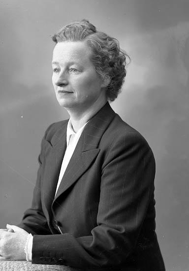 """Enligt fotografens journal nr 8 1951-1957: """"Hasselberg, Fru Maria Stenungsund""""."""