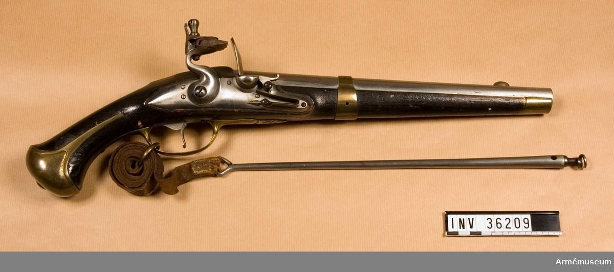 Grupp E III b.   Projekt till räfflad pistol med tillhörande laddstock, krats och laddstocksrem.  Loppet har 8 refflor. Beslag av mässing. På stockens V sida ovanför sidblecket är numret 12 inslaget.  Samhörande nr AM.036209-AM.036211, pistol, laddstock, krats.