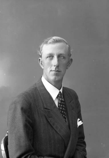 """Enligt fotografens journal nr 7 1944-1950: """"Augustsson, Herr Knut Nösnäs Här""""."""