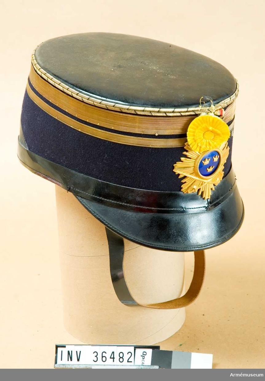 Grupp C I. Ur uniform för major vid Skånska kavalleriregementet, modell för Skånska husarregementet K 5. Buren av major T Gussing. Består av dolma, långbyxor, husarmössa m pompong och ståndare, fodral, knutskärp, kartuschlåda.
