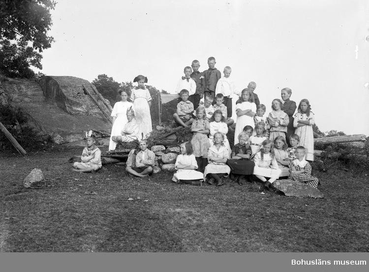 """Enligt fotografens journal nr 2 1909-1915: """"Stenkvist, Fröken Barnkoloni Houg""""."""