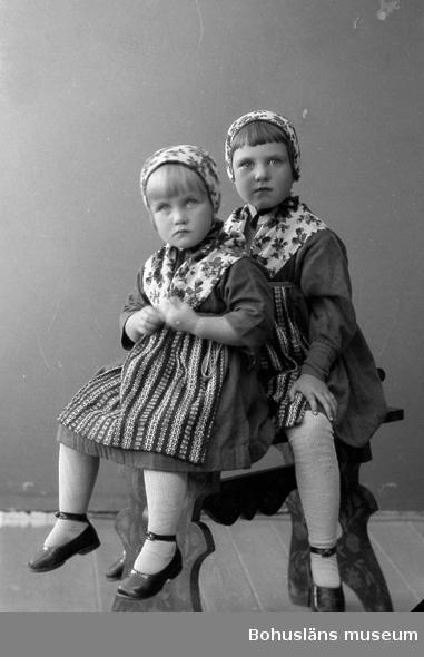 """Enligt fotografens journal nr 5 1923-1929: """"Bröjer, Postexpeditör (barnen) Här""""."""