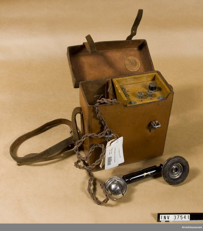 Samhörande nr 37541-3, telefon, hörtelefon, väska. Grupp H I.