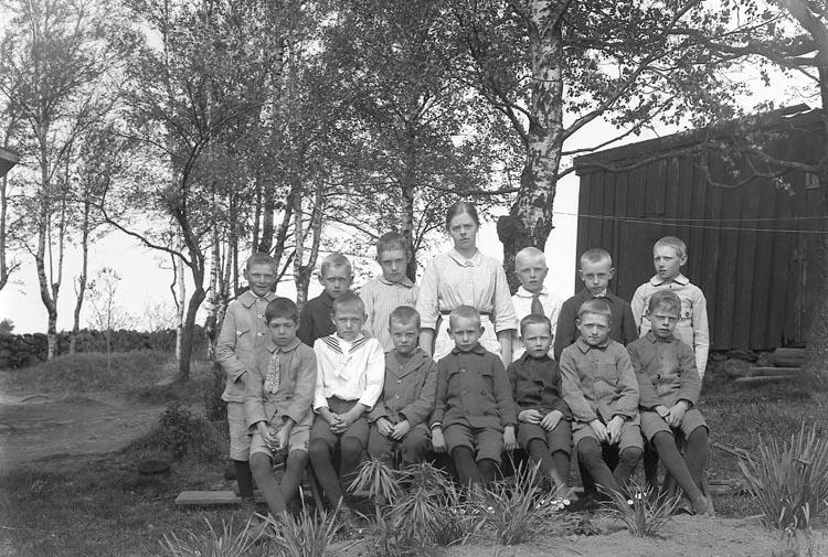 """Enligt fotografens journal nr 5 1923-1929: """"Skolbarnen, Fr. Linnéa Norberg Raden, Ödsmål""""."""