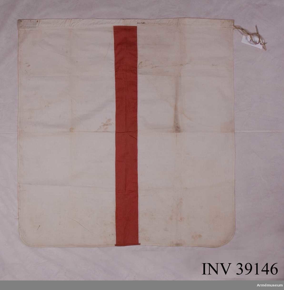 Grupp H III.  Vit flagga med ett rött tvärstreck, 10 cm brett.  Kanal upptill, 4 cm bred, och band för fastsättning på stången.  Måttet 87x87 cm är exklusive kanal.Enligt GK 1981.