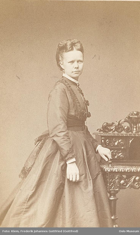 portrett, kvinne, stående knefigur