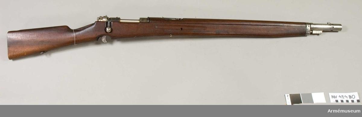 Grupp E IV b  Försök, förändring av gevär m/1896 till kulsprutegevär.  Helt omstockat och försett med magasin för kulsprutegevär. Stort och bylsigt magasin.