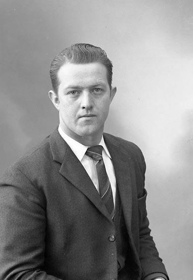 """Enligt fotografens journal nr 9 1958-: """"Johansson, Herr Karl Allan, Soläng, Stillingsön""""."""