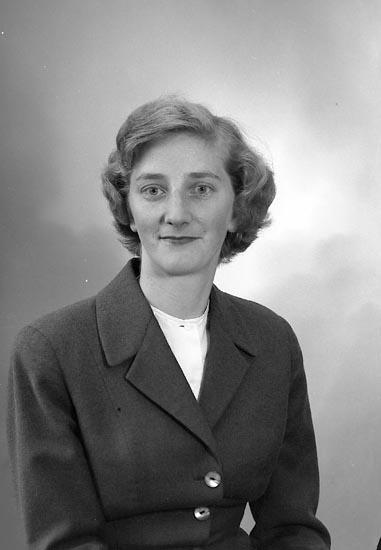 """Enligt fotografens journal nr 9 1958-: """"Pettersson, Fru Ulla-Britt Hjälteby""""."""