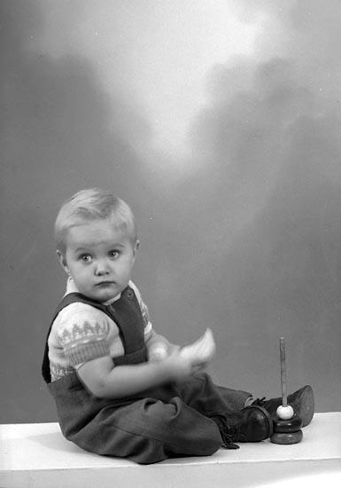 """Enligt fotografens journal nr 9 1958-: """"Melander, Fru Karin Stora Höga""""."""