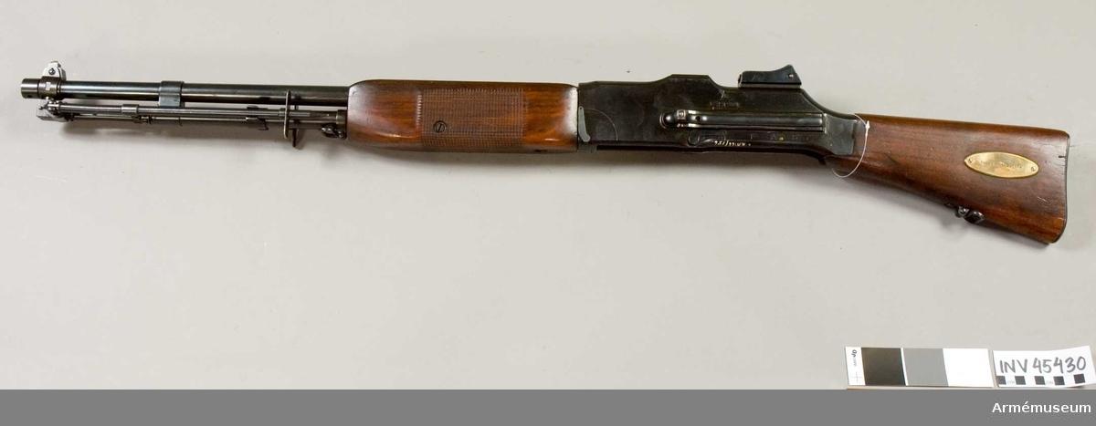 Grupp E IV.  Skylt på kolven: Colt`s modellgevär.  Ej underbeslag. Svenskt försöksvapen för fastställande av kulsprutegevär m/1921.