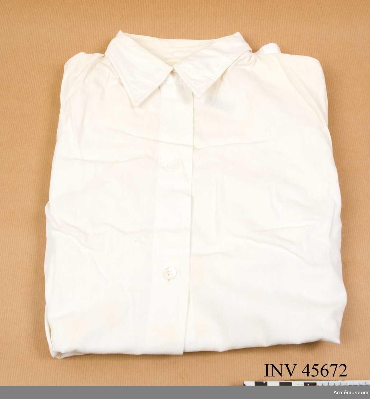 Grupp C I.  Ur tjänstedräkt m/1942 för kvinnliga bilkåren. Består av jacka,  kjol, fältbyxor, fältmössa, barett, två blusar, två slipsar, manschettknappar, handskar. Uniformen är av den typ som användes i landsorten. Stockholms bilkårister hade en mera blågrå uniform med längre jacka och påsydda fickor.   Samhörande nummer är AM.045665-AM.045675, tjänstedräktspersedlar.