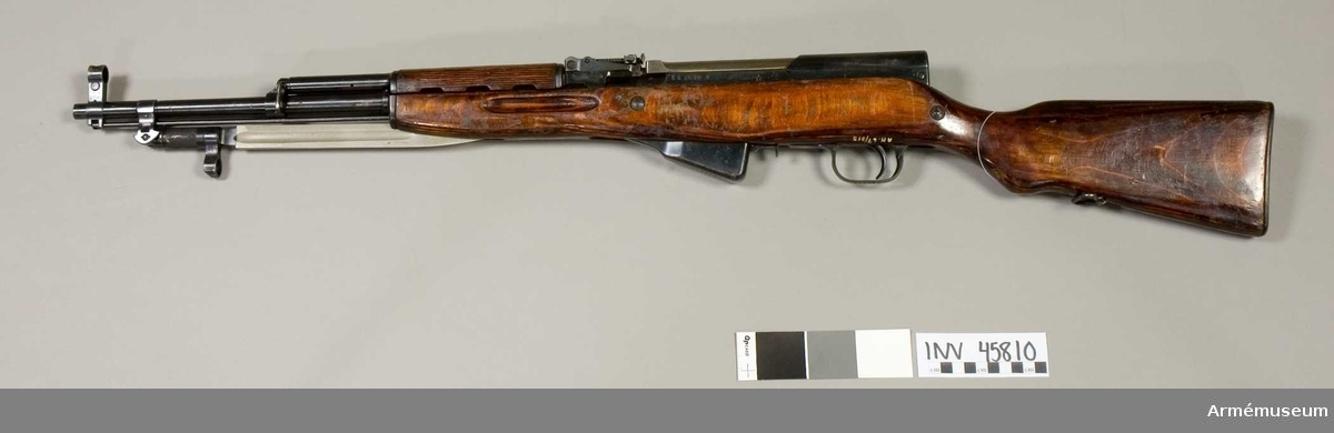 Grupp E IV. Halvautomatiskt gevär m/1943 (m/1946?), system Simonov, Ryssland, med fast bajonett. Tillverkningsnummer CA 3679 N.