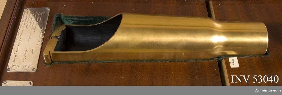Grupp E V. Förvaras i specialbyggt vitrinskåp tillsammans med andra hylsor och kulor. Under patronen finns en graverad silverplåt med uppgifter: Kaliber 47 mm. Patronens vikt: 1762 g. Krutladdningens vikt: 679 g. Pansarbrytande granatens vikt komplett: 1586 g. Sprängsatsens vikt: 18 g. Initialhastighet: 564 mV. Genomträngningsförmåga på 300 m avstånd: 96 mm. Antal skott per minut: 15.
