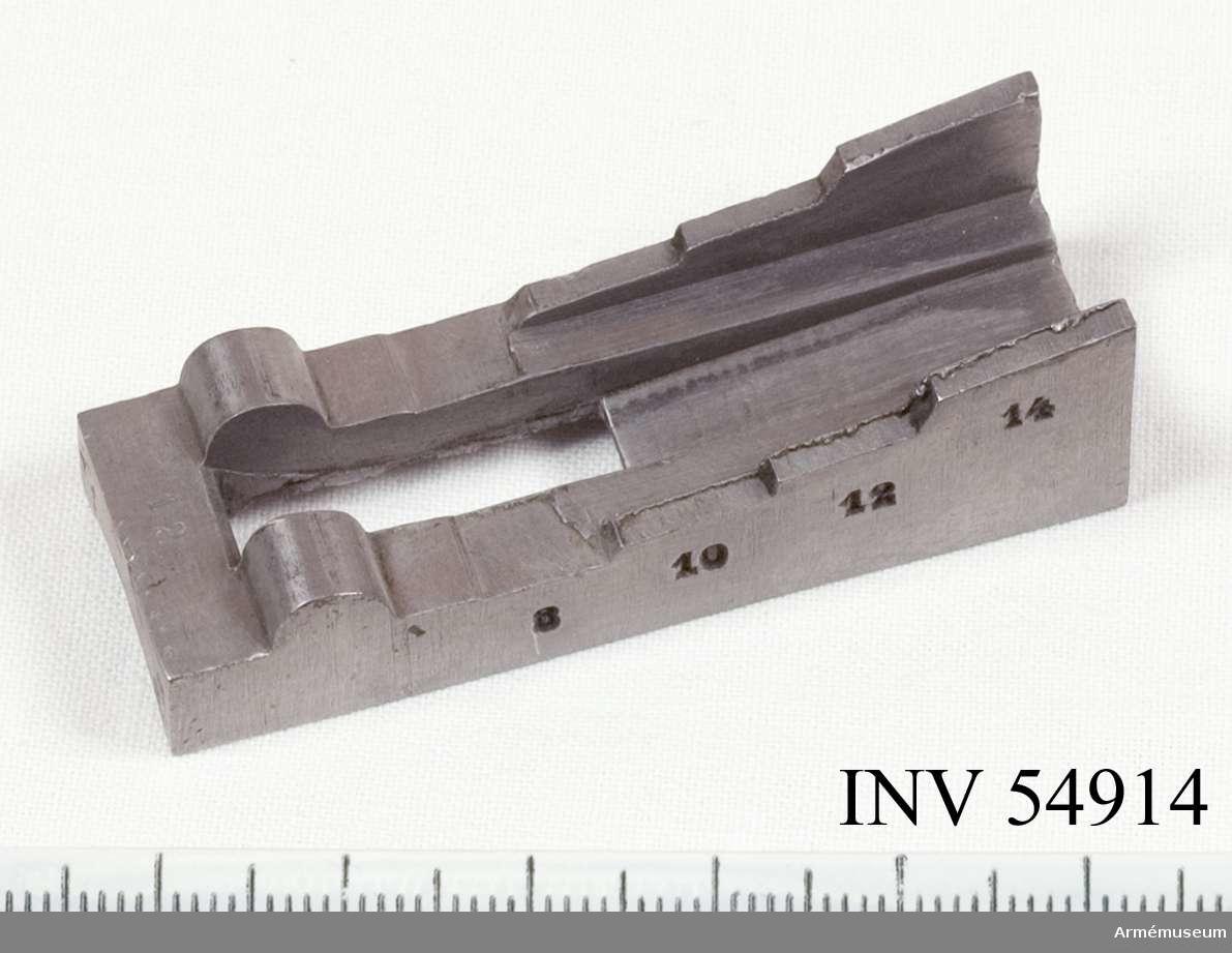 Grupp E VIII.   Del till pipa. Nr 12 (av 14) i tillverkningsordningen. Gevärsdel t 1867 års gevär m/1867; en av c:a 400 delar.
