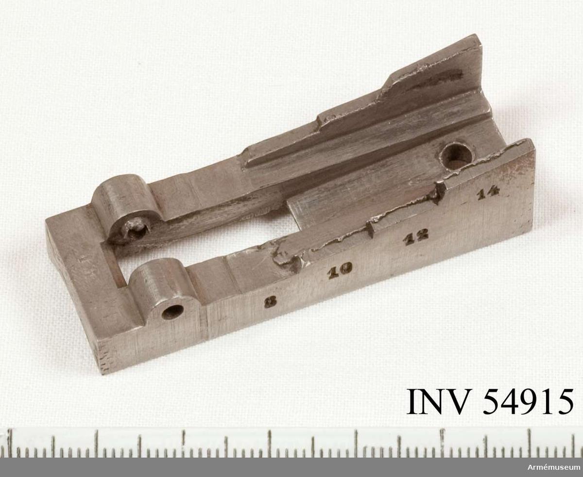 Grupp E VIII.   Del till pipa. Nr 13 (av 14) i tillverkningsordningen. Gevärsdel t 1867 års gevär m/1867; en av c:a 400 delar.