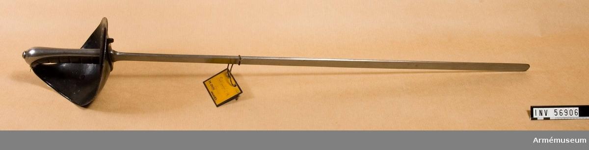 """Grupp D III.  Klingan märkt med krönt """"S 1886"""". Klingans bredd vid fästet: 35 mm, övrigt: 22 mm. Se även AM.061105."""