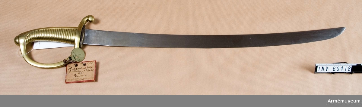 """Grupp D II. Klingans bredd upptill är 34,5 mm. Pilhöjden är 15,8 mm.""""Huggare af denna fransk-preussiska typ användes af de  holsteinska insurgenterna 1848-50, eröfrades sedan af danskarna  och anlades i den danska armén 1854."""" (Stöckel)"""