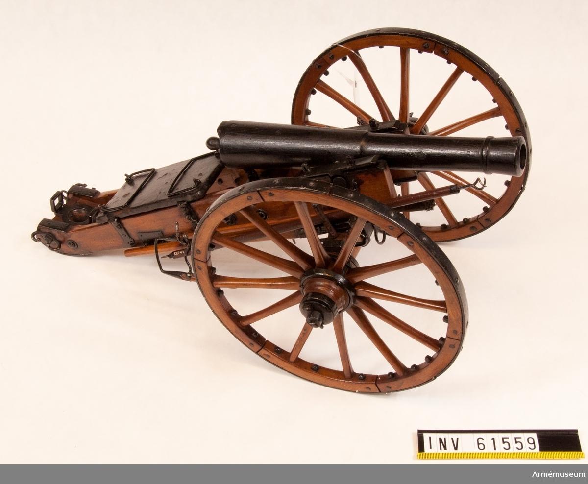 Grupp F I. Skala 1/8.  Helvigs konstruktion, fastställd 1804. I modellen ingår även lavett, förvåg, fyra svänglar, föreställare, handspak, sättare, viskare och plunderskruv samt yxa.