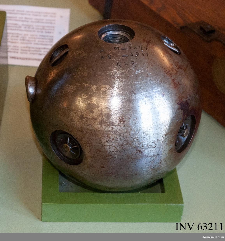 """Grupp F II. 23 cm (7"""") bomb m/1832. Gängad bomb för slätborrad bombkanon med särskilt fyllnadshål."""